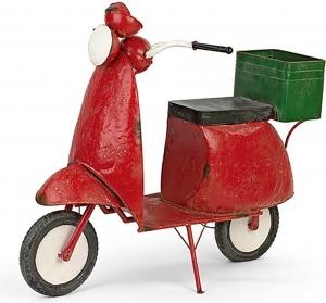 Scooter rosso con cesto verde