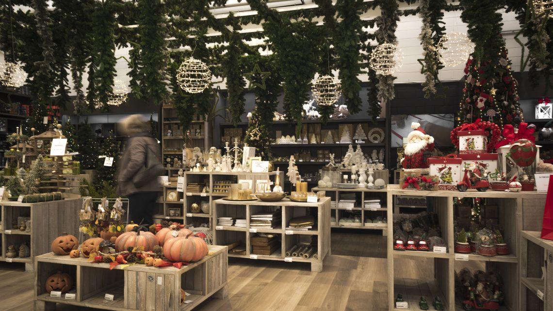 Tantissimi articoli natalizi per creare addobbi allestimenti e vetrine.