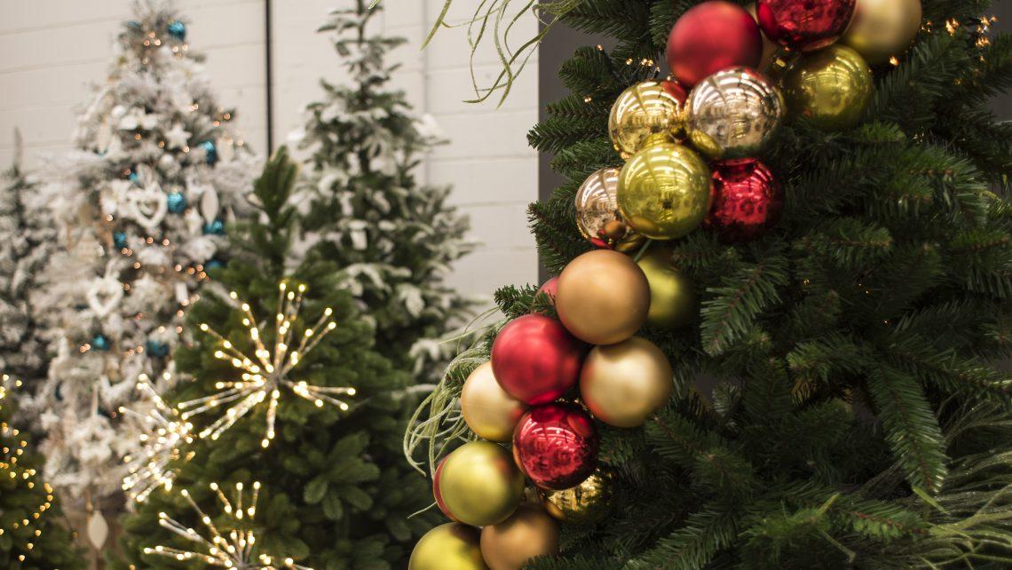 Decorare l'albero di Natale in modo originale.