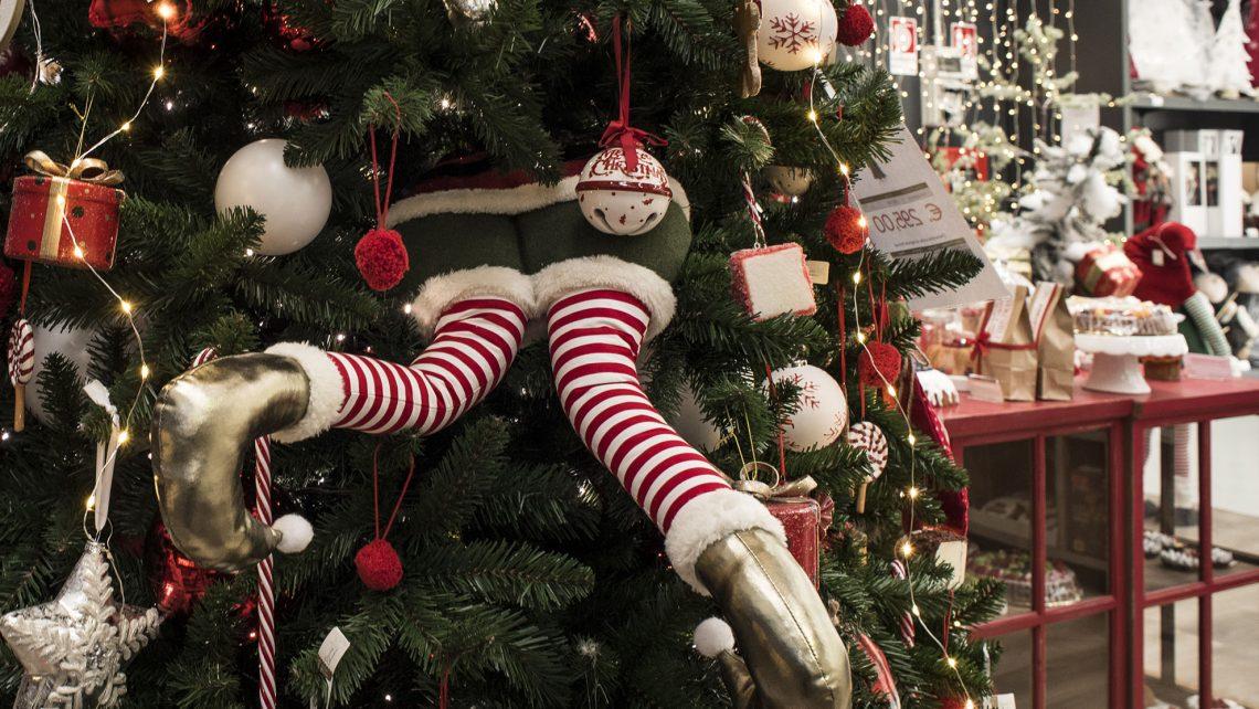 Tante idee per l'allestimento natalizio. Tantissimi articoli natalizi per creare addobbi allestimenti e vetrine. Decorazioni, addobbi, alberi e luci. Uno stile elegante ed originale per una vetrina di Natale che emoziona.