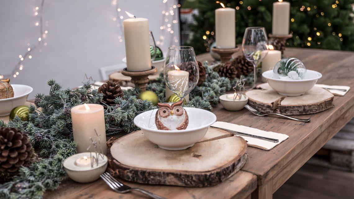 Tavola Natalizia con sottopiatti e candelabri in legno