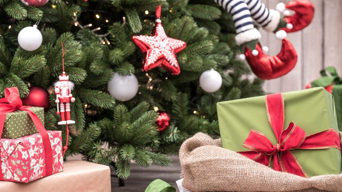 Albero di Natale addobbato in modo divertitente