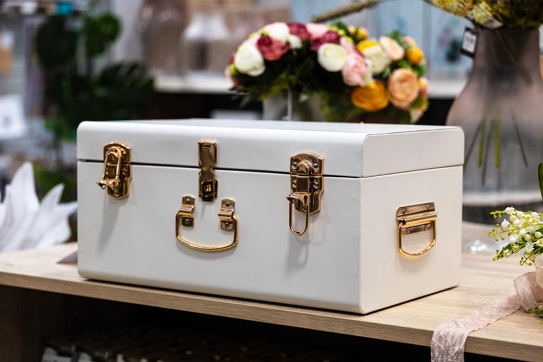 Baule-bianco.-Idee-di-allestimento-per-matrimonio-bomboniere-e-accessori-per-celebrare-con-stile