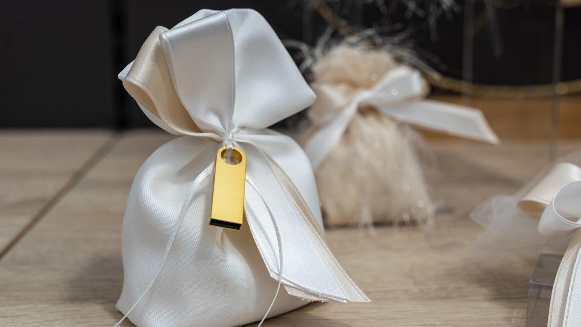 Chiavetta USB. Bomboniere per matrimonio 2021: allestimenti raffinati e confettate golose per un matrimonio elegante e indimenticabile11