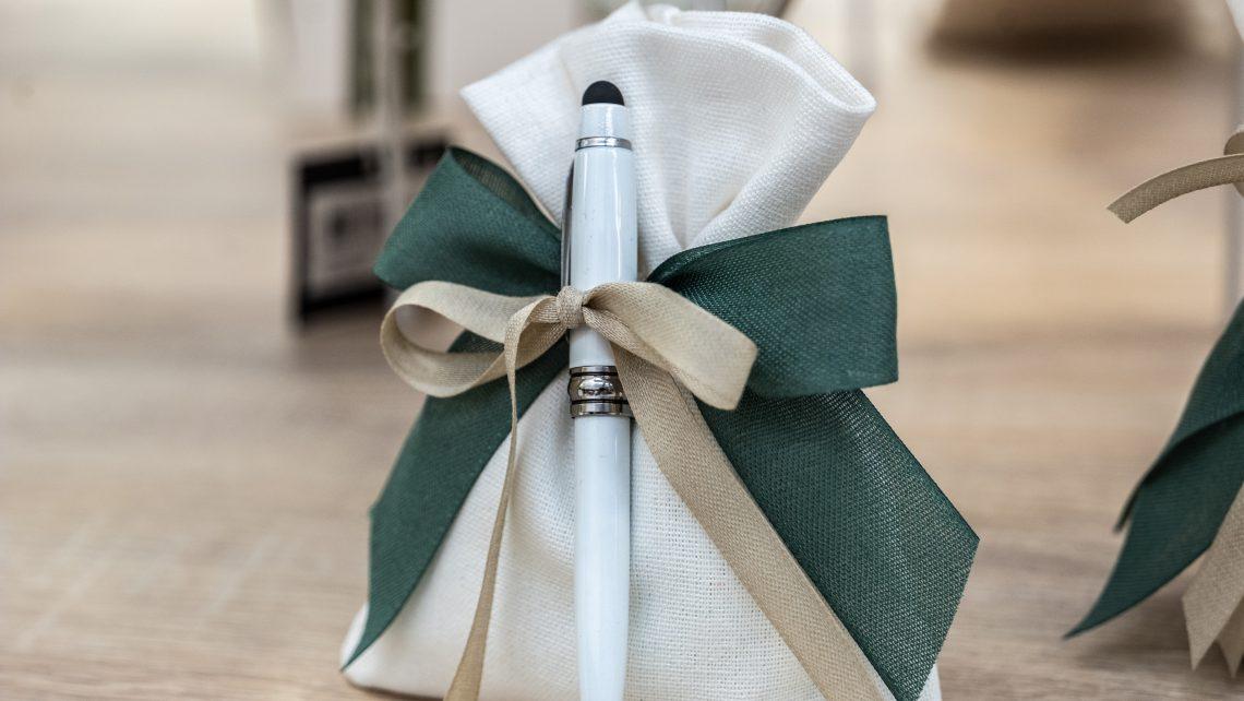 Penna touch bianca. Bomboniere per matrimonio 2021: allestimenti raffinati e confettate golose per un matrimonio elegante e indimenticabile