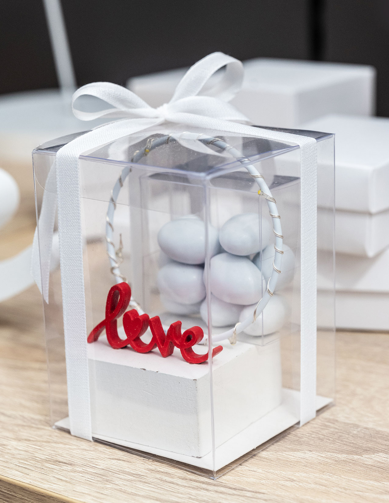 Cerchio LED con scritta Love. Bomboniere per matrimonio 2021, allestimenti raffinati e confettate golose per un matrimonio elegante e indimenticabile6
