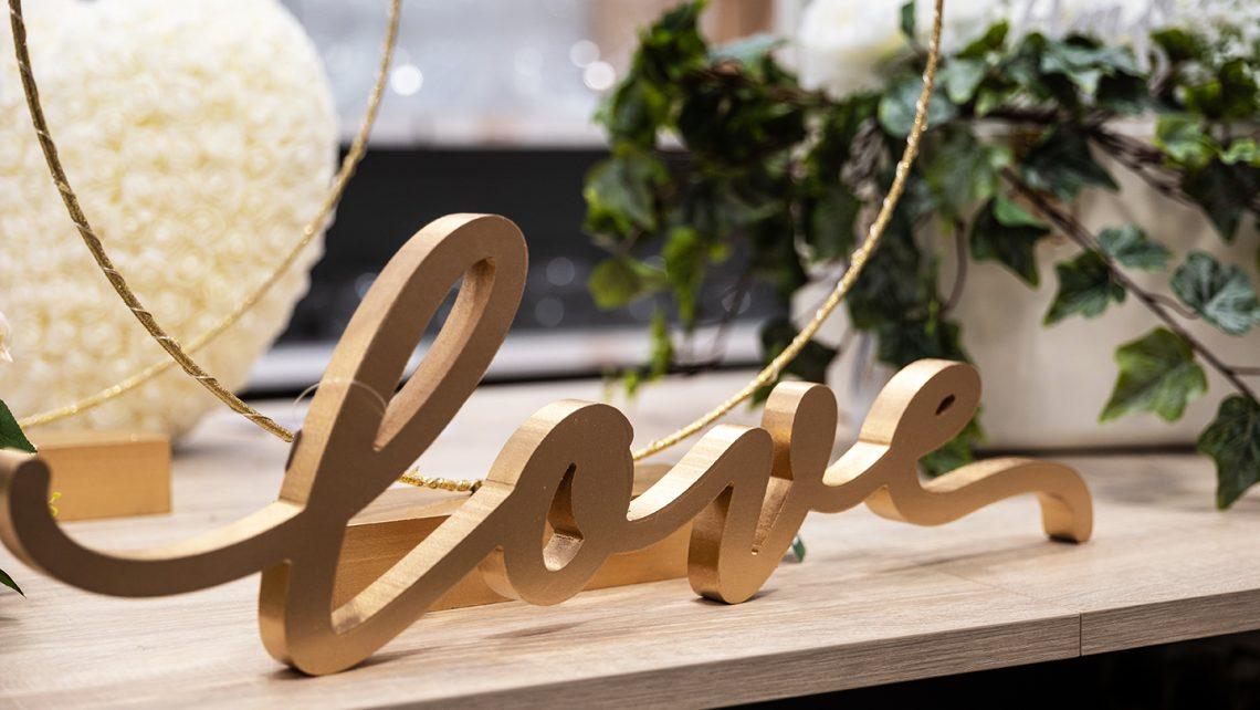 Scritta Love in legno. Idee di allestimento per matrimonio bomboniere e accessori per celebrare con stile