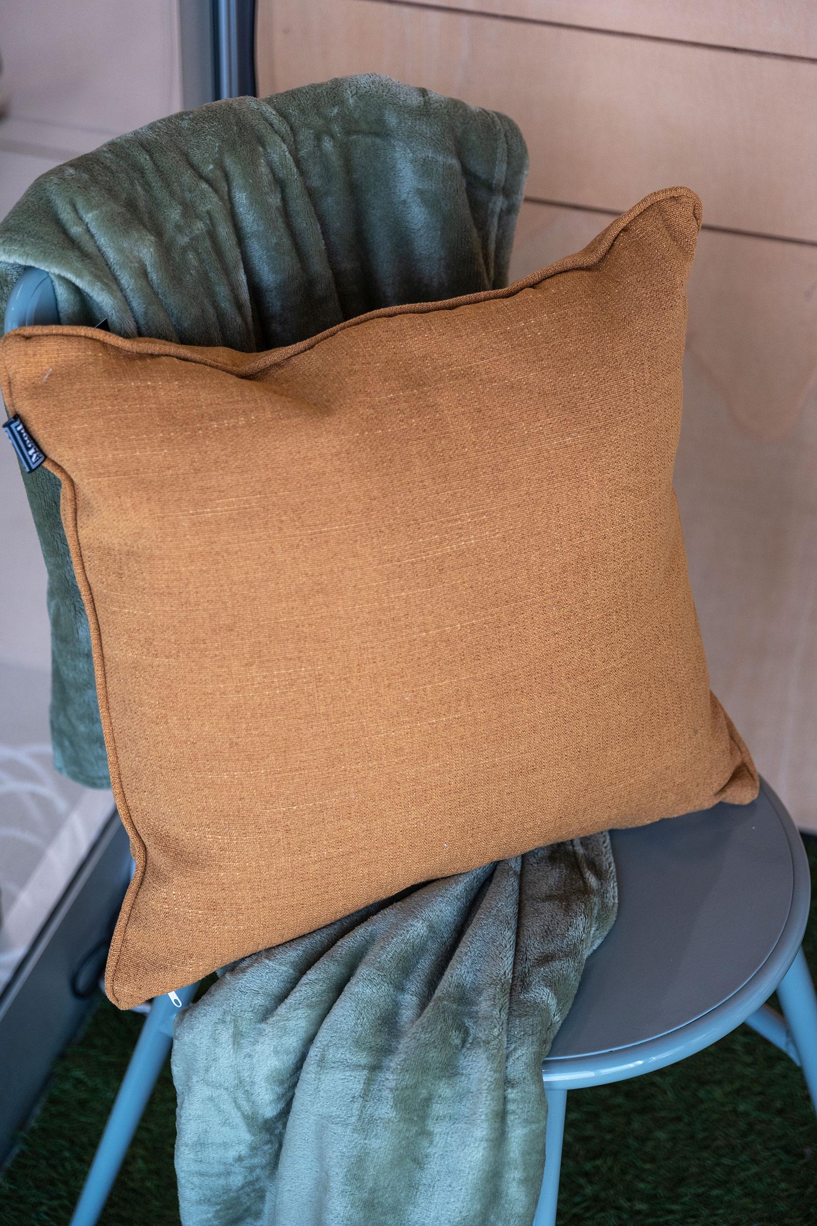 Cuscini-e-coperte-per-creare-un-angolo-caldo-e-accogliente-dallo-stile-autunno-2021
